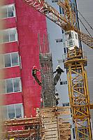 Mexico city, Men at work in the district of Santa Fe. The most important area for corporate and financial services in the city.                                                            Città del Messico: Operai al lavoro nel distretto di Santa Fe. Attualmente la zona più importante per i servizi finanziari e corporativi della città.