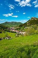 Frankreich, Bourgogne-Franche-Comté, Département Jura, Salins-les-Bains: Stadt im Tal der Furieuse, die frueher von der Salzgewinnung lebte und heute einen sanften Tourismus foerdert und ein eigenes Sole Thermalbad hat. Die Grosse Saline von Salins-les-Bains wurde 2009 von der UNESCO zum Weltkulturerbe ernannt. Oben rechts das Fort Belin | France, Bourgogne-Franche-Comté, Département Jura, Salins-les-Bains: hot spring resort with termal bath in Furieuse Valley. La Grande Saline - a museum of salt - is a UNESCO World Heritage Site since 2009. Upper right Fort Belin