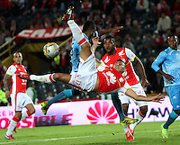 BOGOTA-COLOMBIA-25- ABRIL-2015. Juan Roa Jugador del Independiente Santa Fe disputa el balon con Cesar Carrillo  de  Jaguares de Cordoba  durante partido por la fecha 17 de La Liga Aguila 2015 jugado en el estadio Nemesio Camacho El Campin de la ciudad de Bogotá. / Juan Roa Player of Independiente Santa Fe  fights the ball against  Cesar Carrillo of Jaguares de Cordoba  during the match for Liga Aguila 2015,  played at Nemesio Camacho El Campin stadium in Bogota city. Photo: VizzorImage / Felipe Caicedo / Staff