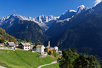 Schweiz, Graubuenden, Bergdorf Soglio im Bergell mit Blick zu den Bondasca-Bergen mit Sciora, Piz Cengalo und Piz Badile | Switzerland, Graubuenden, mountain village Soglio at Val Bregaglia, view at Bondasca mountains with summits Sciora, Piz Cengalo and Piz Badile
