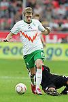 03.10.2010,  BayArena, Leverkusen, GER, 1. FBL, Bayer Leverkusen vs Werder Bremen, 7. Spieltag, im Bild: Aaron Hunt (Bremen #14) / Arturo Vidal (Leverkusen #23)  Foto © nph / Mueller