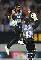Ish Sodhi celebrates the wicket of Warner with wicketkeeper Tim Seifert. New Zealand Black Caps v Australia.Tri-Series International Twenty20 cricket final. Eden Park, Auckland, New Zealand. Wednesday 21 February 2018. © Copyright Photo: Andrew Cornaga / www.Photosport.nz