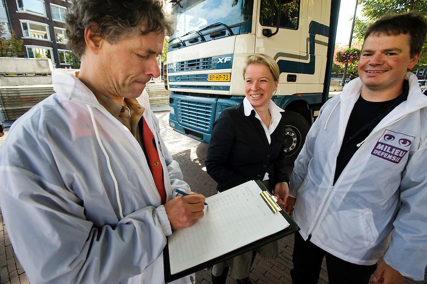 Nederland, Utrecht, 17 sept  2009.Milieudefensie telt vrachtwagens in Utrecht die binnen de Milieuzone rijden. .Utrechtse vvd wethouder komt even bij de tellers kijken..Foto (c) Michiel Wijnbergh
