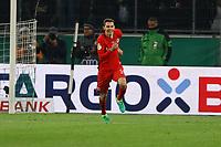 Branimir Hrgota (Eintracht Frankfurt) verwandelt den entscheidenden Elfmeter gegen Torwart Yann Sommer (Borussia Mönchengladbach) - 25.04.2017: Borussia Moenchengladbach vs. Eintracht Frankfurt, DFB-Pokal Halbfinale, Borussia Park