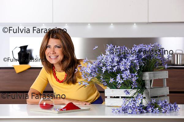 Susanna Messaggio in cucina con lo zafferano in polvere - Milano ottobre 2012