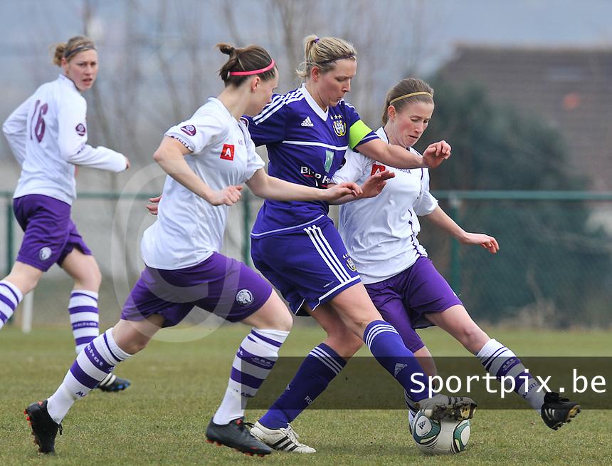 RSC Anderlecht Dames - Beerschot : Sophie Mannaert aan de bal voor Lisa Korevaar (rechts) en Nicoletta Aafke Den Ridder .foto DAVID CATRY / Vrouwenteam.be