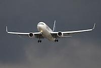 BOGOTA-COLOMBIA-14-02-2013. Boeing 737-700, Avión comercial./ commercial aircraft. Photo / VizzorImage / Felipe Caicedo / Staff.