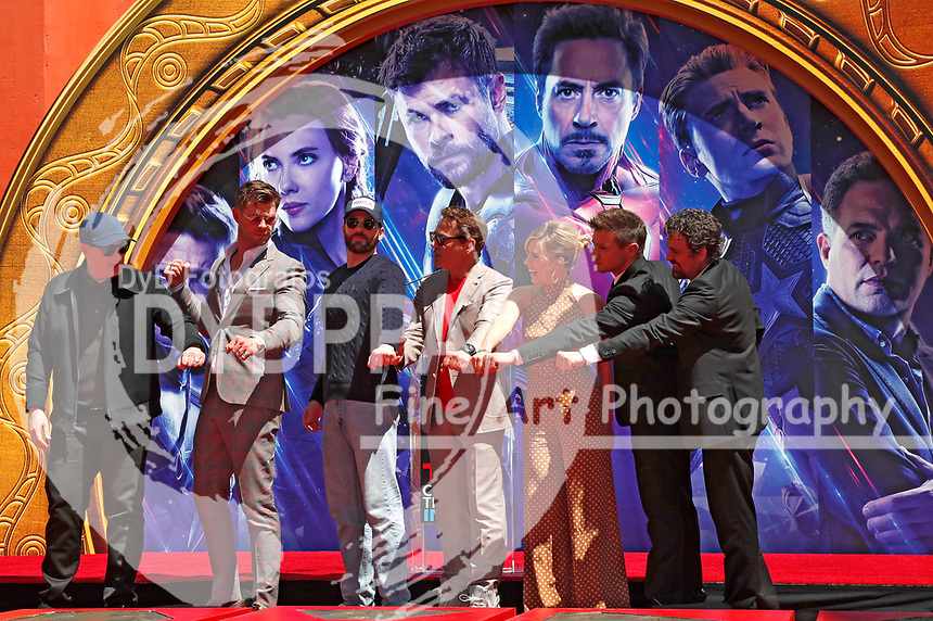 Kevin Feige, Chris Hemsworth, Chris Evans, Robert Downey Jr., Scarlett Johansson, Jeremy Renner und Mark Ruffalo bei der Hand and Footprints Ceremony der 'Avengers: Endgame'- Darsteller am TCL Chinese Theatre Hollywood. Los Angeles, 23.04.2019