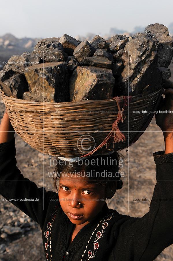 INDIA Jharkhand Dhanbad Jharia, children collect coal from dumping site of COAL INDIA coalfield to sell as coking coal on the market for the livelihood of her family, girl Sonia 8 years old / INDIEN Jharkand Dhanbad Jharia, Kinder sammeln Kohle auf einer Abraumhalde am Rande eines Kohletagebaus zum Verkauf als Koks auf dem Markt, Maedchen Sonia 8 Jahre, Hintergrund brennender Kohleabraum