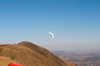 Belo Horizonte_MG, Brasil...Voo de asa-delta no Clube de Voo de Belo Horizonte, localizado no alto da Serra da Moeda, a uma altitude de 1.450 metros. ..A hang gliding flight in the Clube do Voo in Belo Horizonte, located on top of Serra da Moeda, at high of 1,450 meters. ..FOTO: LEO DRUMOND / NITRO