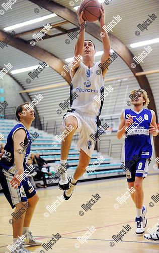 11-11-26 / Basketbal / seizoen 2011-2012 / Pitzemburg - Bornem / Claes met een score voor Pitzemburg..Foto: Mpics
