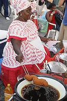 SALVADOR, BA, 21.05.2014 - ACARAJÉ-BA - Imagem de arquivo de Baiana de acarajé vista preparando o bolinho com tabuleiro montado no Pelourinho, em Salvador (BA). (Foto: Joá Souza / Brazil Photo Press).