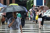 SAO PAULO, SP, 14 DE DEZEMBRO DE 2012 - CLIMA TEMPO CAPITAL PAULISTA - Chuva atinge a capital na tarde desta sexta feira, 14, na Avenida Paulista, regiao central da capital. FOTO: ALEXANDRE MOREIRA - BRAZIL PHOTO PRESS.