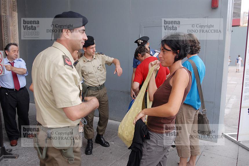 - soldiers and Police monitor the tourists who come into Cathedral....- militari  e carabinieri controllano i turisti che entrano in Duomo
