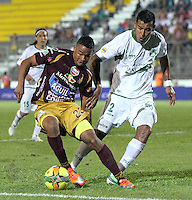 IBAGUÉ - COLOMBIA - 04-05-2013:  Charles Monsalvo  ( Izquierda) jugador del Deportes Tolima disputa el balón con Diego Peralta (Derecha)  del  Deportivo Cali   en el estadio Murillo Toro ,juego  correspondiente a la fecha catorce de la Liga Postobón I. (Foto: VizzorImage / Felipe Caicedo / Staff).  Charles Monsalvo (Left)  Deportes Tolima player fights for the ball with  Diego Peralta  ( Right)  Deportivo Cali in the Murillo Toro stadium, game corresponding to the fourteenth day of the League Postobón I. . (Foto: VizzorImage / Felipe Caicedo / Staff). .