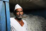 INDIA Maharashtra, father Bhojanna Narsimlu Bandarwar of died cotton farmer  Vittal Bhojanna Bandarwar, who has committed suicide due to high debt and cotton crop failure in Vidarbha region /  INDIEN Maharashtra, Region Vidarbha , Dorf Kelapur, Vater Bhojanna Narsimlu Bandarwar des verstorbenen Baumwollfarmer  Vittal Bhojanna Bandarwar, der nach Missernte und hoher Verschuldung Selbstmord begangen hat