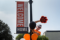 Ian Zunt '20 welcomes incoming students. Incoming first-years and their families are welcomed by O-Team members and the community at the start of Occidental College's Fall Orientation for the class of 2021, Aug. 24, 2017.<br /> (Photo by Marc Campos, Occidental College Photographer)