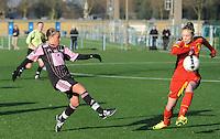 Belgian Red Flames - Arras (FR):<br /> <br /> Lorca Van De Putte (R) probeert een voorzet van Jennifer Bouchenna (L) te onderscheppen<br /> <br /> foto Dirk Vuylsteke / Nikonpro.be