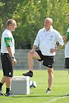 NORDERNEY Trainer Thomas Schaaf bleibt Norderney treu. Nachdem er bereits elfmal mit Fu&szlig;ball-Bundesligist Werder Bremen ins Trainingslager auf die Nordseeinsel gefahren ist, um sein Team auf eine Saison vorzubereiten, will er die Sportpl&auml;tze und die dort gebotene Betreuung auch f&uuml;r seinen neuen Verein, Eintracht Frankfurt, nutzen. Das Trainingslager ist f&uuml;r die Zeit vom 6. bis 12. Juli geplant.<br /> Archiv aus: FBL 09/10 Traininglager  Werder Bremen Norderney 2009 Day 04 Training vormittag<br /> <br /> <br /> <br /> Matthias Hoenerbach ( Bremen GER )  Thomas Schaaf ( Bremen GER - Trainer  COACH)<br /> <br /> Foto &copy; nph (nordphoto) <br /> <br /> <br /> <br />  *** Local Caption ***