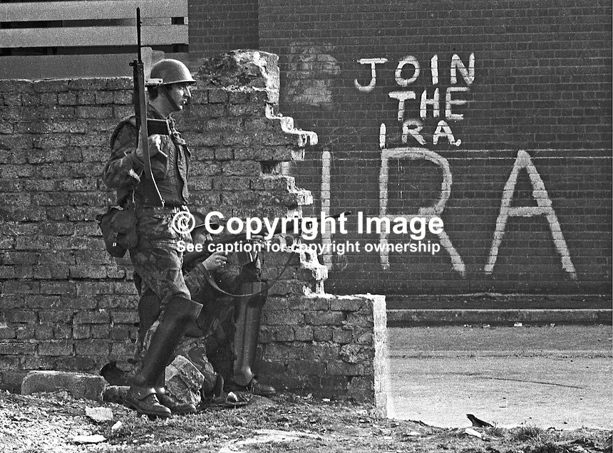 Soldiers with rifles in Bogside area of Londonderry, N Ireland, UK. Join the IRA sign in background. September 1969. 196909000365.<br />