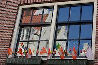 AMSTERDAM-HOLANDA- Ventana con banderitas durante el día de la Reina. Window with a little orange flags during the Queen's day.  Photo: VizzorImage/STR