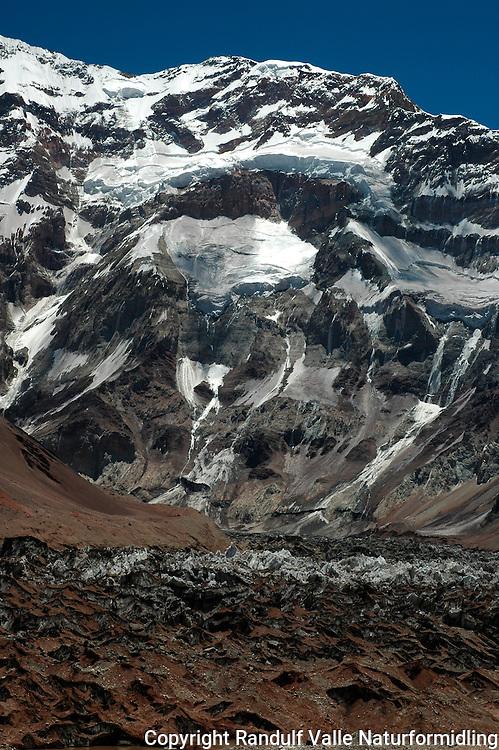 Sørveggen på Aconcagua med møkkete brearm i forgrunnen. ---- Aconcagua South Face.