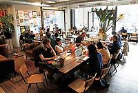 Nederland  Amsterdam 2016. Mensen zitten achter hun laptop in The Coffeecompany.  Foto Berlinda van Dam / Hollandse Hoogte