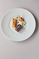 urope/France/Bretagne/56/Morbihan/Vannes: Chevreuil, morceau choisi dans la gigue aux baies de genièvre, sauce façon poivrade, polenta gratinée à la tomme de Rhuys; vrais salsifis à l'étuvée, sucrine du berry,  recette d' Olivier Samson restaurant La Gourmandière  au lieu dit Poignant
