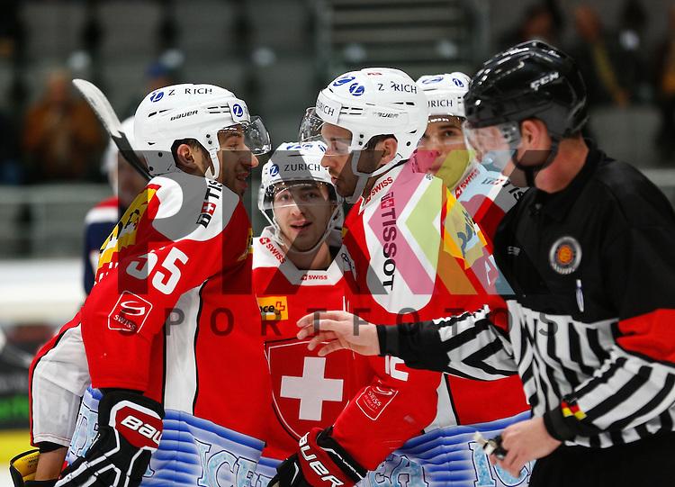 Torjubel nach dem 1:1 Ausgleich durch Luca CUNTI (SUI, 12,re.), mit Romain LOEFFEL #55),<br /> <br /> Eishockey, Deutschland-Cup 2015, Augsburg, Schweiz - USA, 07.11.2015,<br /> <br /> Foto &copy; PIX-Sportfotos *** Foto ist honorarpflichtig! *** Auf Anfrage in hoeherer Qualitaet/Aufloesung. Belegexemplar erbeten. Veroeffentlichung ausschliesslich fuer journalistisch-publizistische Zwecke. For editorial use only.
