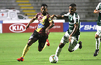 IBAGUÉ- COLOMBIA,13-05-2019:Luis Gonzalez (Izq.) jugador del Deportes Tolima disputa el balón con Darwin Andrade (Der.) jugador del  Deportivo Cali  durante el primer  partido de los cuadrangulares finales de la Liga Águila I 2019 jugado en el estadio Manuel Murillo Toro de la ciudad de Ibagué. /Luis Gonzalez (L) player of Deportes Tolima fights the ball  against of Darwin Andrade (R) player of Deportivo Cali  during the firts match for the quarter finals B of the Liga Aguila I 2019 played at the Manuel Murillo Toro stadium in Ibague city. Photo: VizzorImage / Felipe Caicedo / Staff
