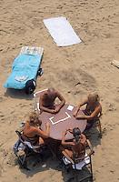 Europe/Espagne/Catalogne/Barcelone : Partie de dominos sur la plage