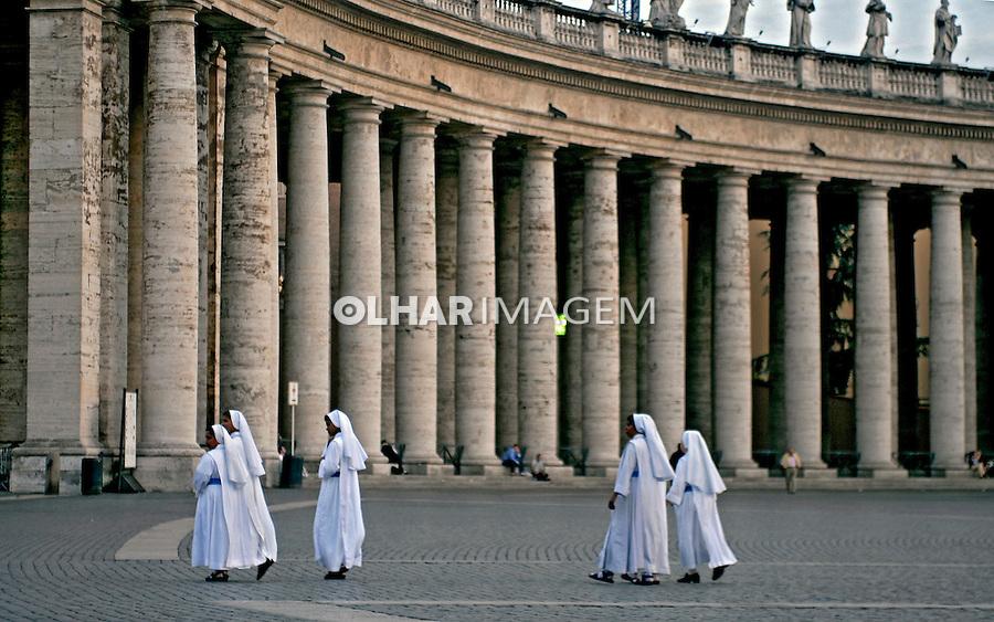 Freiras na praça de São Pedro no Vaticano. Roma. Itália. 2006. Foto de Luciana Whitaker.