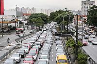 SAO PAULO, SP, 04 FEVEREIRO 2013 - TRANSITO CAPITAL PAULISTA - Transito intenso na Avenida Alcantara Machado (Radial Leste) na altura da Rua dos Trilhos sentido centro no bairro da Mooca na regiao leste da capital paulista, nesta segunda-feira, 04. (FOTO: WILLIAM VOLCOV / BRAZIL PHOTO PRESS).