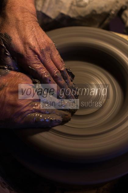 Europe/France/Franche Comté/39 /Jura/Lamoura: Raymond Guibert Potier, tourne une soupière  - Poterie Guibert  //  France, Jura, Lamoura,Raymond Guibert Potier, runs a soup tureen - Pottery Guibert <br /> Auto N°: 2013-104