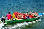 Barqueiro em transporte de frete no canal de Bertioga. Sao Paulo. 2012. Foto de Silvio Dutra.