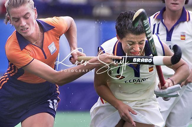 ZILVEREN CAMERA 1e PRIJS SPORT enkel. <br /> SYDNEY OLYMPISCHE SPELEN Nederland-Spanje 2-1. Mijntje Donners (l) in duel met de Spaanse Carmen Martin.