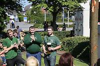 Worfeller Kerwegesellschaft stellt den Baum am Bürgerhaus auf und weiht ihn mit Kerweliedern, Kerwevadder Yannick Reuter mit Bier