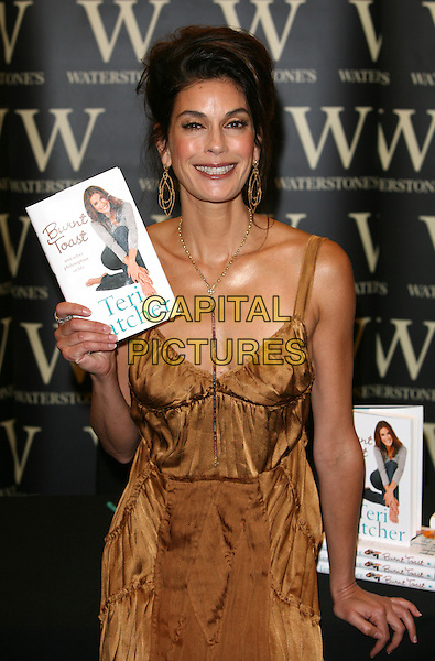 "TERI HATCHER.Booksigning ""Burnt Toast and Other Philosophies of Life"".Waterstone's, Oxford Street, London England.7th June 2006.Ref: TW.half length.www.capitalpictures.com.sales@capitalpictures.com.©Phil Loftus/Capital Pictures"