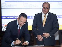 SAO PAULO. SP. 15 DE MARÇO DE 2013. ASSINATURA DE CONTRATO DE FINANCIAMENTO ENTRE SABESP E BNDS.O presidente do BNDS, Luciano Coutinho, durante a assinatura de contrato de financiamento entre a Sabesp (Saneamento Basico do estado de Sao Paulo) e o BNDS (banco nacional de desenvolvimento) no valor de R$ 1,35 bilhão para o programa de Despoluição da Bacia do Rio Tietê - Etapa III. O evento aconteceu no Palacio dos Bandeirantes na tarde desta sexta feira. . FOTO ADRIANA SPACA/BRAZIL PHOTO PRESS