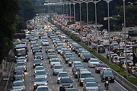 SÃO PAULO, SP, 11.04.2014 – TRÂNSITO EM SÃO PAULO: Trânsito na Av. 23 de Maio, próximo ao Parque do Ibirapuera, zona sul de São Paulo na tarde desta sexta feira. (Foto: Levi Bianco / Brazil Photo Press).