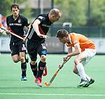 BLOEMENDAAL   - Hockey - Thierry Brinkman (Bldaal) met links Teun Rohof (A'dam).   3e en beslissende  wedstrijd halve finale Play Offs heren. Bloemendaal-Amsterdam (0-3).     Amsterdam plaats zich voor de finale.  COPYRIGHT KOEN SUYK