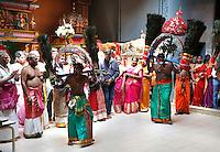 Nederland Den Helder  2016  06 26. Jaarlijkse tempelfeest bij de Hindoe tempel in Den Helder.. Vereniging Sri Varatharaja Selvavinayagar voltooide in 2003 het gebouw dat wordt gebruikt voor het bevorderen van kunst en cultuur. Een ander deel wordt gebruikt voor het praktiseren van religieuze waarden.  Rituele dans in de tempel. Foto Berlinda van Dam /  Hollandse Hoogte
