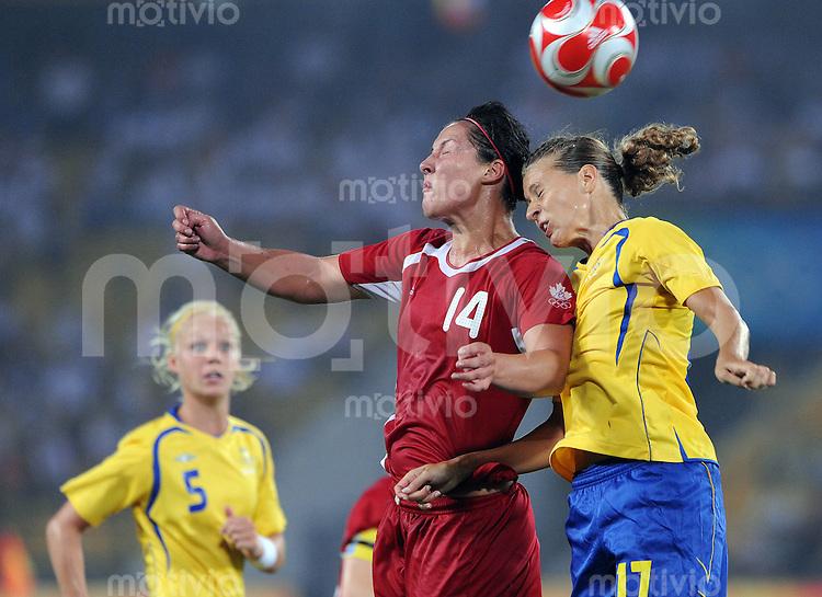 Olympia 2008  Peking  Fussball  Frauen   12.08.2008 Schweden - Kanada Melissa TANCREDI (li., CAN) gegen Charlotte ROHLIN (SWE). Im Hintergrund schaut Caroline SEGER (SWE) zu.