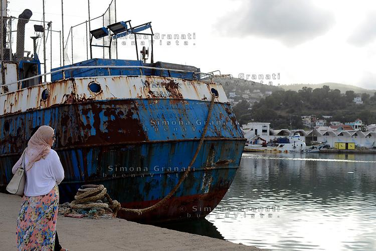 Tabarka, Tunisia, 18 Settembre 2018<br /> La spiaggia di Tabarka<br /> Donna al Porto