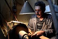 Tabarka, 18 Settembre 2018<br /> Un esperto artigiano lavora nel laboratorio di Anis Bouchnak, l'unico fabbricatore di Pipe in Tunisia