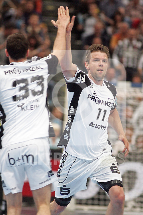 29.05.2010, Lanxess Arena, Koeln, GER, EHF Final Four, 2. Halbfinale , Real Ciudad ( ESP ) vs THW Kiel ( GER ) im Bild: Dominik KLEIN ( Kiel #33 ) klatscht mit Christian SPRENGER ( Kiel #11 ) ab   Foto © nph /  Florian Mueller