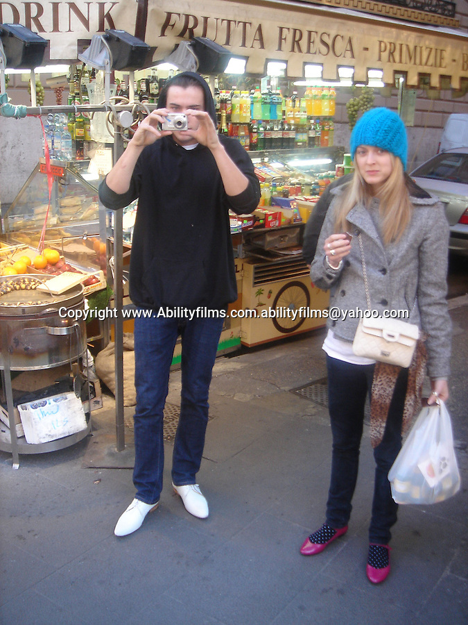 Fearne cotton and Jesse Jenkins shopping in the streets of Rome. 1-4-07