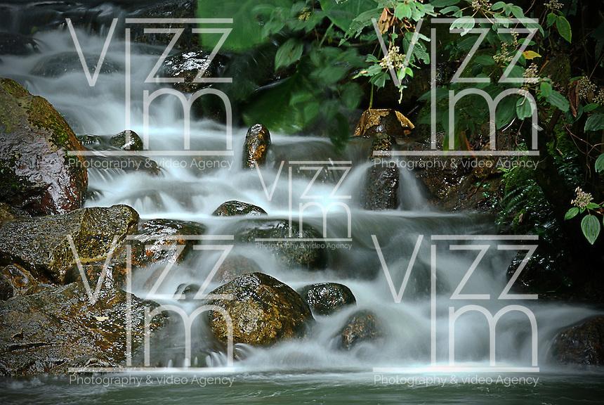 Cascada de agua vista en el Jardín Botánico, José Celestino Mutis, de la ciudad de Bogotá, Colombia./ Waterfall seen at the Botanic Garden, Jose Celestino Mutis, in Bogota, Colombia. Photo: VizzorImage/ Gabriel Aponte / Staff