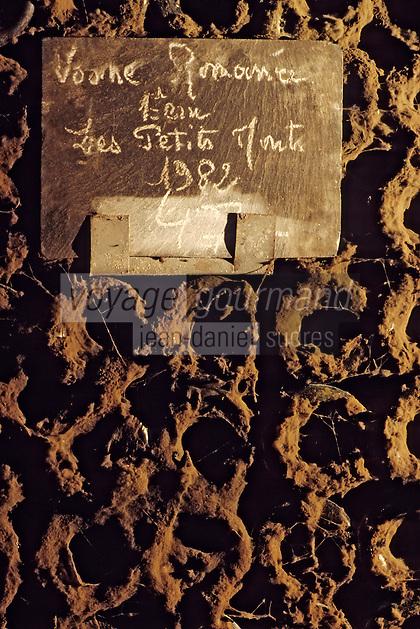 Europe/France/Bourgogne/21/Côte d'Or/Nuits Saint Georges: Les caves de la maison Charles Vienot - Détail vieilles bouteilles AOC Vosne Romanée