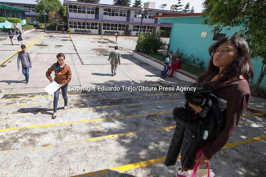 San Juan del R&iacute;o, Qro. 22 mayo 2015.- Presentan examen para ingreso a secundaria 1200 jovencitos en la Escuela Secundaria General Antonio Caso.<br /> <br /> Desde las 6 de la ma&ntilde;ana, y con lluvia, cientos de j&oacute;venes que a&uacute;n cursan el sexto a&ntilde;o de primara, arribaron a las instalaciones de esta secundaria que destaca por ser de alta demanda por su nivel acad&eacute;mico y por estar en pleno centro de la ciudad.<br /> <br /> Debido a la cantidad de padres de familia aglutinados en torno al &uacute;nico acceso del inmueble, varias calles de centro hist&oacute;rico se vieron afectadas en su circulaci&oacute;n. La SSPM debi&oacute; controlar el tr&aacute;fico y cerrar la calle donde se encuentra la secundaria.